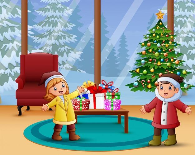 Celebração de crianças feliz um natal em casa Vetor Premium