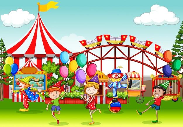 Cena com muitas crianças se divertindo na feira de circo Vetor grátis