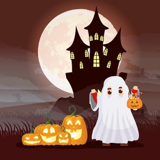 Cena de noite escura de halloween com fantasma de garoto disfarçado e abóboras Vetor grátis