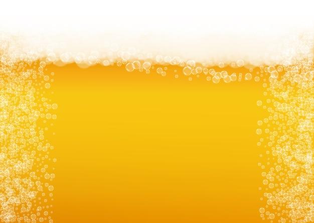 Cerveja pilsen. fundo com respingo de embarcações. espuma oktoberfest. espuma caneca de cerveja com bolhas brancas realistas. Vetor Premium