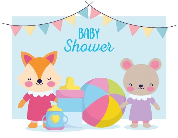 Chá de bebê, ursinho fofo e raposa com mamadeira e copo, anunciam o cartão de boas-vindas ao recém-nascido Vetor Premium