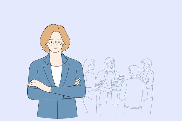 Chefe mulher sorridente de óculos em pé com processos da empresa e colegas Vetor Premium