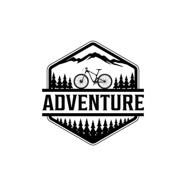 Ciclismo ao ar livre no logotipo selvagem Vetor Premium