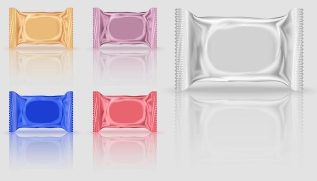 Cinco pacotes de biscoitos em branco em cores diferentes, laranja e vermelho, roxo e azul. Vetor Premium
