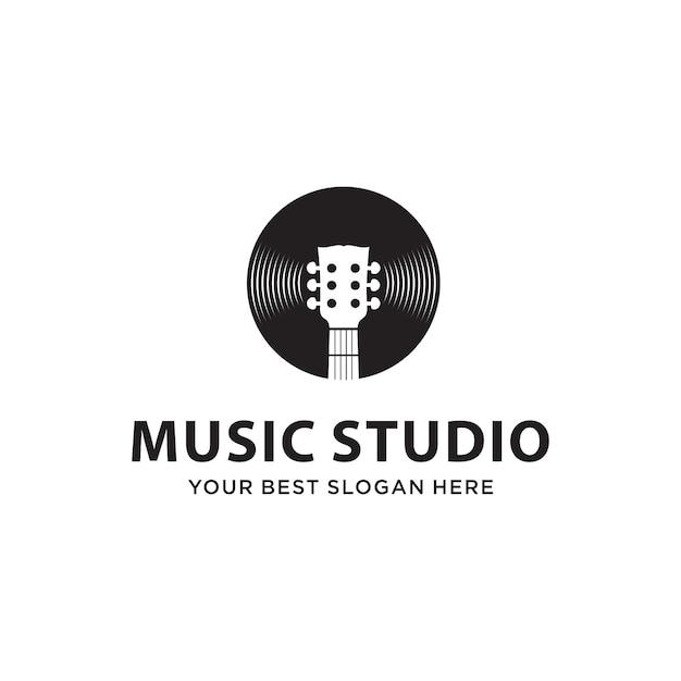 Combinação de guitarra e disco para o conceito de logotipo do estúdio de música Vetor Premium
