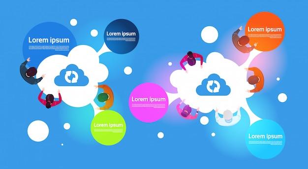 Computação em nuvem infográfico banner top view do grupo de pessoas usando diferentes gadgets Vetor Premium