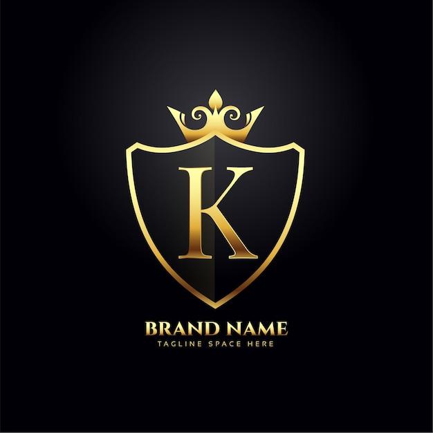 Conceito de logotipo de luxo da letra k com coroa dourada Vetor grátis