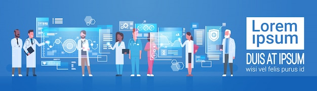 Conceito de medicina e tecnologia grupo de médicos médicos usando computador digital moderno Vetor Premium