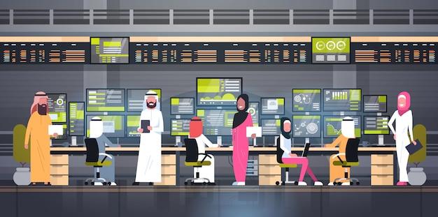 Conceito de negociação on-line global grupo de pessoas árabe trabalhando com vendas de monitoramento de bolsa de valores Vetor Premium