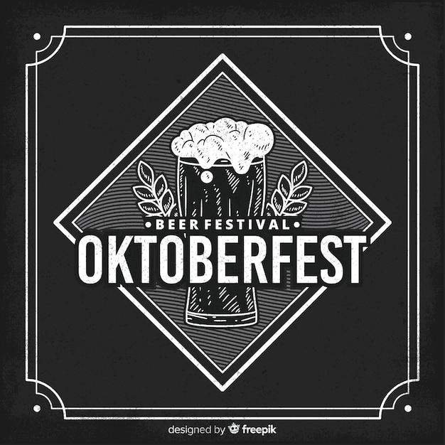 Conceito de oktoberfest com fundo de quadro-negro Vetor grátis