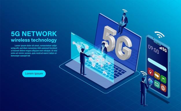 Conceito de tecnologia sem fio de rede 5g. smartphone com letras grandes 5g e pessoas com dispositivos móveis estão sentados em pé. Vetor Premium