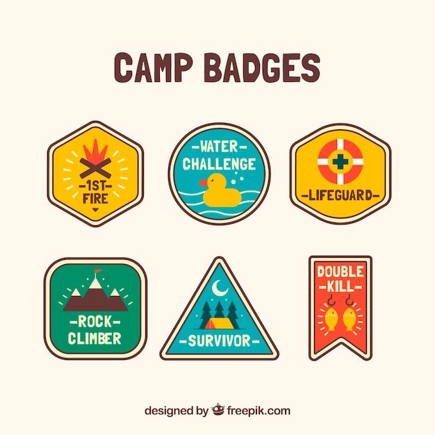 Conjunto colorido de emblemas de acampamento Vetor grátis