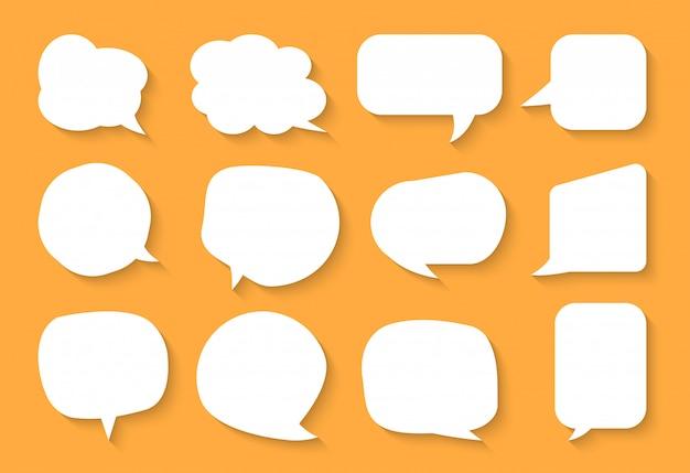 Conjunto de bolha do discurso em quadrinhos. nuvens de caixa de texto vazio dos desenhos animados. diferentes formas abstraem ícone plana em branco bolhas. balão de mensagem de quadrinhos Vetor Premium