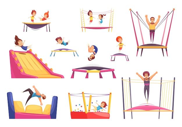 Conjunto de crianças brincando com trampolins e castelos saltitantes Vetor grátis