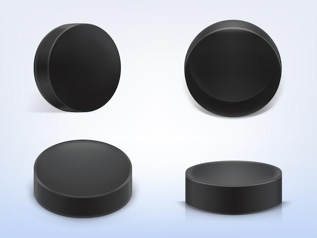 Conjunto de discos de borracha preto realista 3d para jogar hóquei no gelo isolado na luz de fundo Vetor grátis