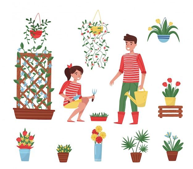 Conjunto de elementos de jardim. diferentes plantas em vasos de cerâmica, flores em vasos, menino bonito e menina com ferramentas de jardim Vetor Premium