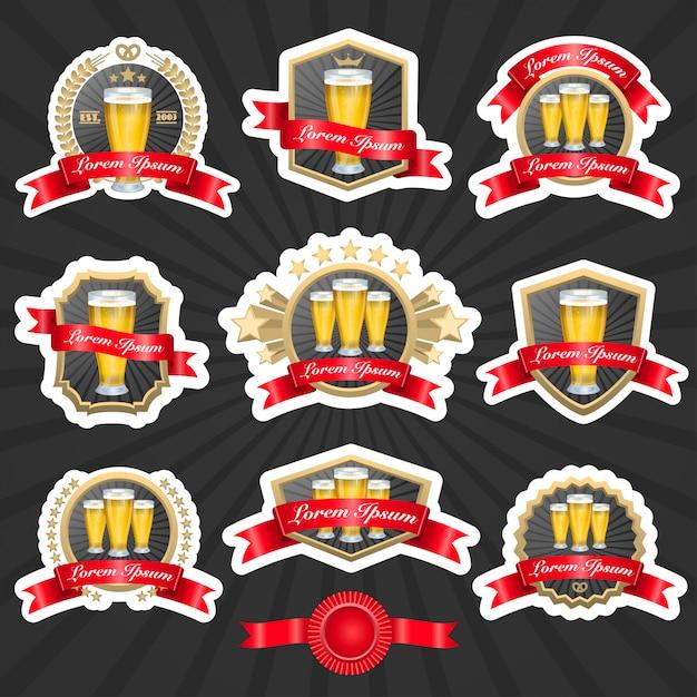 Conjunto de etiquetas com copos cheios de cerveja e fitas decorativas ilustração vetorial Vetor grátis