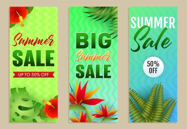 Conjunto de inscrições de grande venda de verão, folhas e flores tropicais Vetor grátis