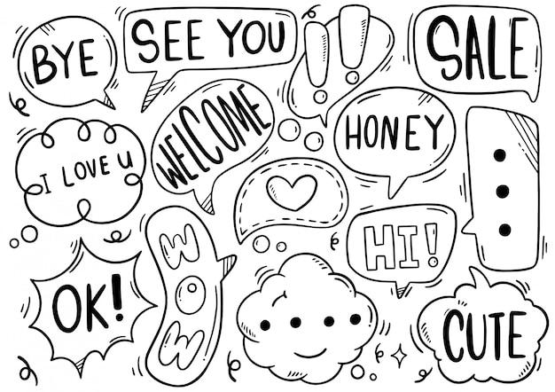 Conjunto de mão desenhada de bolhas do discurso com texto no estilo doodle Vetor Premium