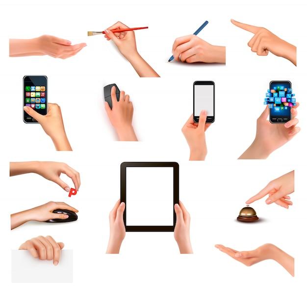 Conjunto de mãos segurando objetos de negócios diferentes. ilustração Vetor Premium