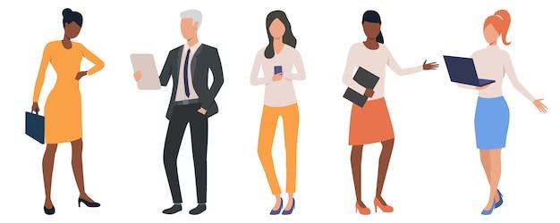 Conjunto de pessoas de negócios multiétnico, analisando dados Vetor grátis