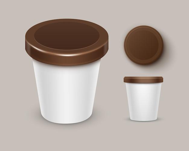 Conjunto de recipiente de balde de banheira de plástico branco marrom comida em branco para sobremesa de chocolate, iogurte, sorvete com rótulo para design de pacote close-up vista lateral superior isolada no fundo Vetor Premium
