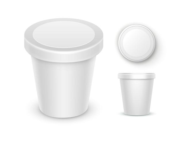 Conjunto de recipiente de balde de banheira de plástico de comida em branco branco para sobremesa, iogurte, sorvete, creme de leite com rótulo para design de pacote close up vista lateral superior isolado no fundo branco Vetor Premium