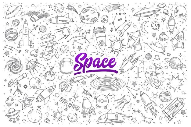 Conjunto desenhado à mão de objetos espaciais rabiscos com letras Vetor Premium