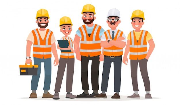 Construtores vestidos com coletes e capacetes de proteção. trabalhadores no canteiro de obras Vetor Premium