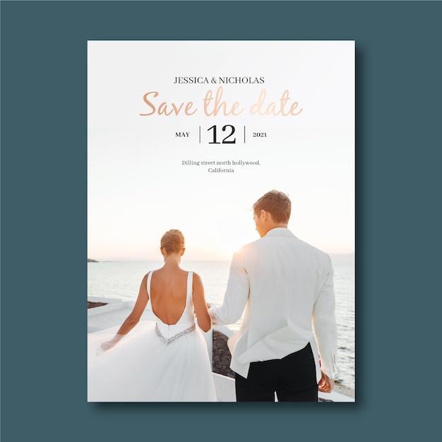 Convite de casamento com casal fofo Vetor grátis