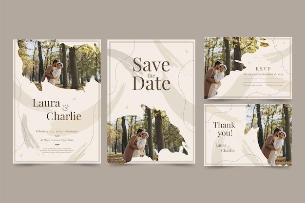 Convite de casamento elegância com casal feliz Vetor grátis