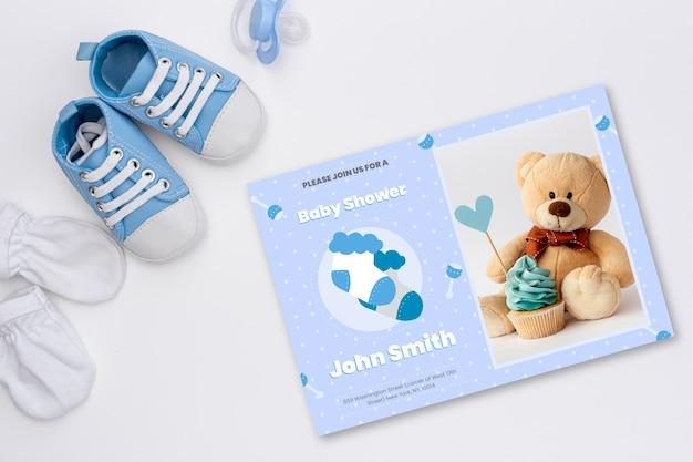 Convite do chuveiro de bebê com foto de fofo urso de pelúcia Vetor grátis