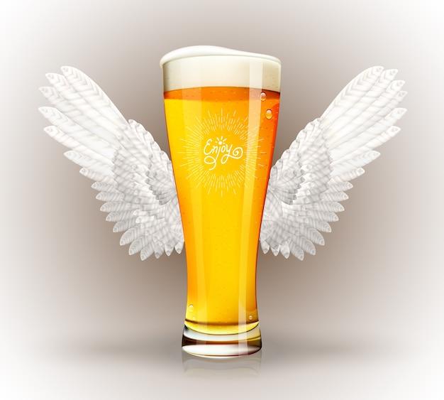 Copo de cerveja com asas de anjo e emblema de hipster Vetor grátis