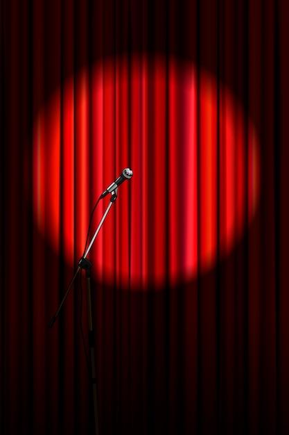 Cortina vermelha brilhante com microfone na iluminação redonda holofotes, fundo vertical de palco de teatro retrô Vetor Premium