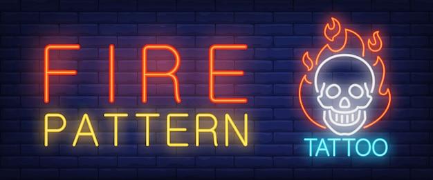 Crânio de texto de néon de fogo padrão em chamas Vetor grátis