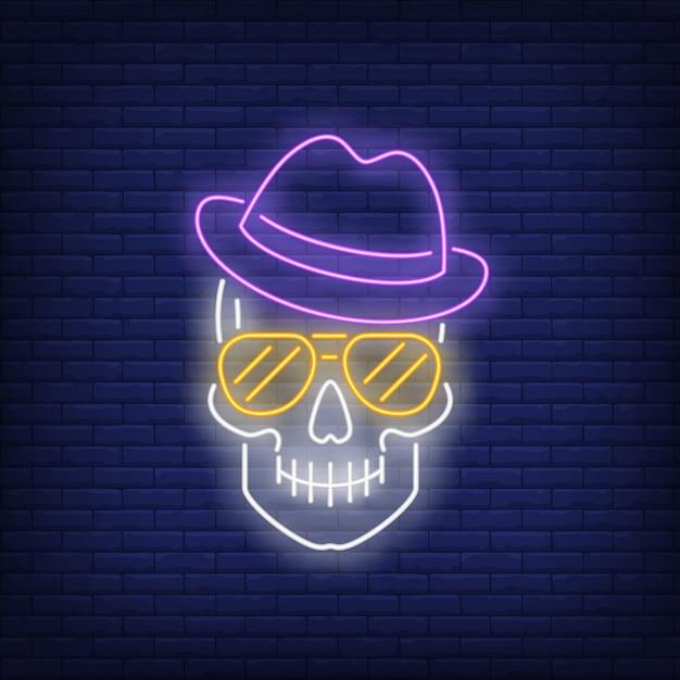 Crânio, desgastar, chapéu, e, óculos de sol, sinal néon Vetor grátis