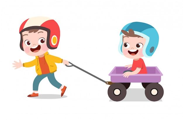 Criança feliz brincar com carroça Vetor Premium