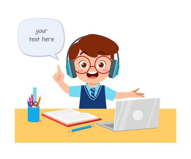 Criança feliz e fofa fazer a escola em casa com o computador laptop se conectar ao curso e-learning de estudo de internet. Vetor Premium