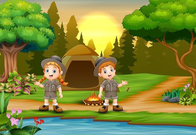 Crianças acampando fundo com paisagem por do sol Vetor Premium