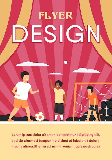 Crianças ativas e felizes jogando futebol ao ar livre isoladas planas modelo de folheto Vetor grátis