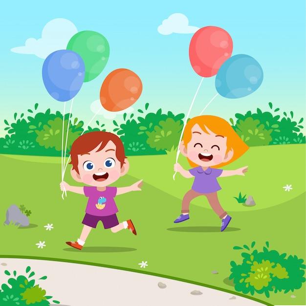 Crianças brincam de balão na ilustração vetorial jardim Vetor Premium