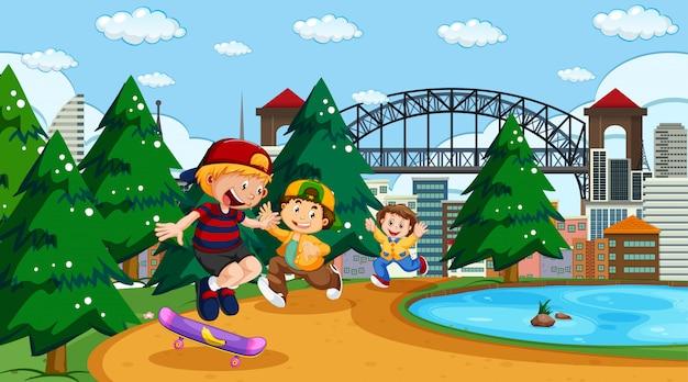 Crianças brincando no parque da cidade Vetor grátis