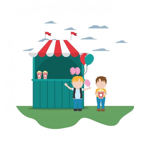 Crianças com loja de carnaval e pipoca com algodão doce Vetor Premium
