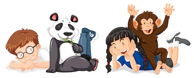 Crianças, com, macaco, e, panda Vetor grátis