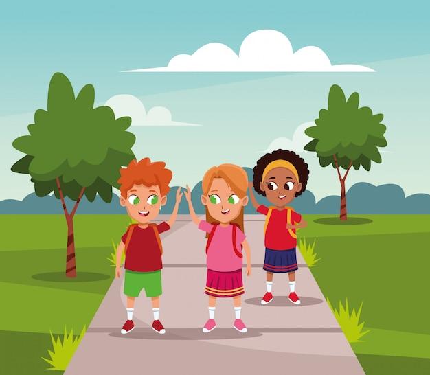 Crianças da escola com a mochila no parque Vetor grátis