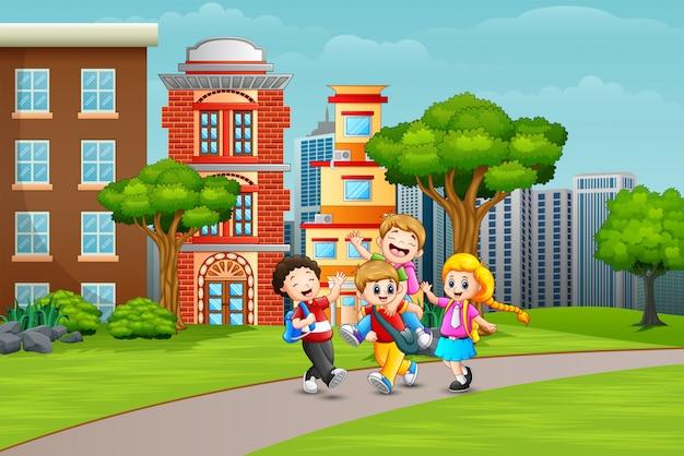 Crianças de escola felizes brincando na estrada Vetor Premium
