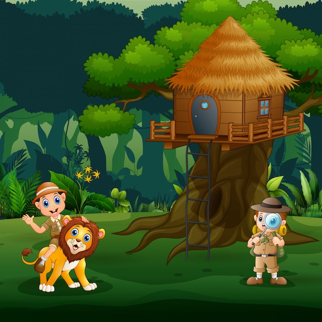 Crianças de tratador brincando com leão debaixo da casa da árvore Vetor Premium