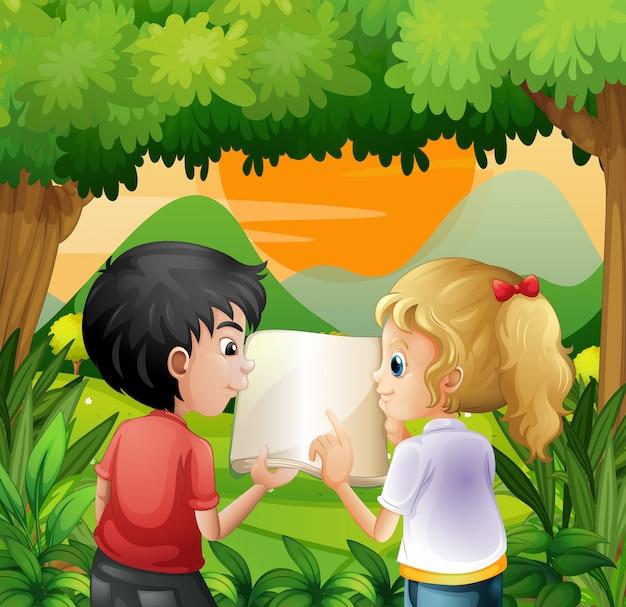 Crianças discutindo com um livro na floresta Vetor grátis