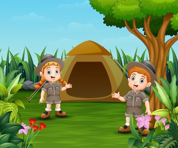 Crianças dos desenhos animados e uma barraca de camping Vetor Premium