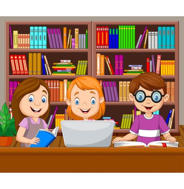 Crianças dos desenhos animados, estudando na biblioteca Vetor Premium